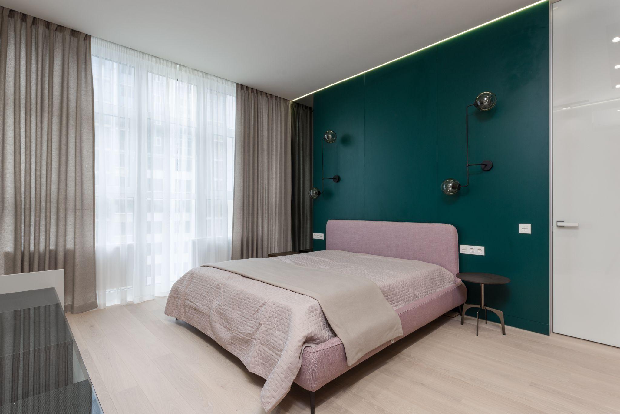 Поєднання смарагдового кольору з пастельними тонами при ремонті спальні в стилі мінімалізм