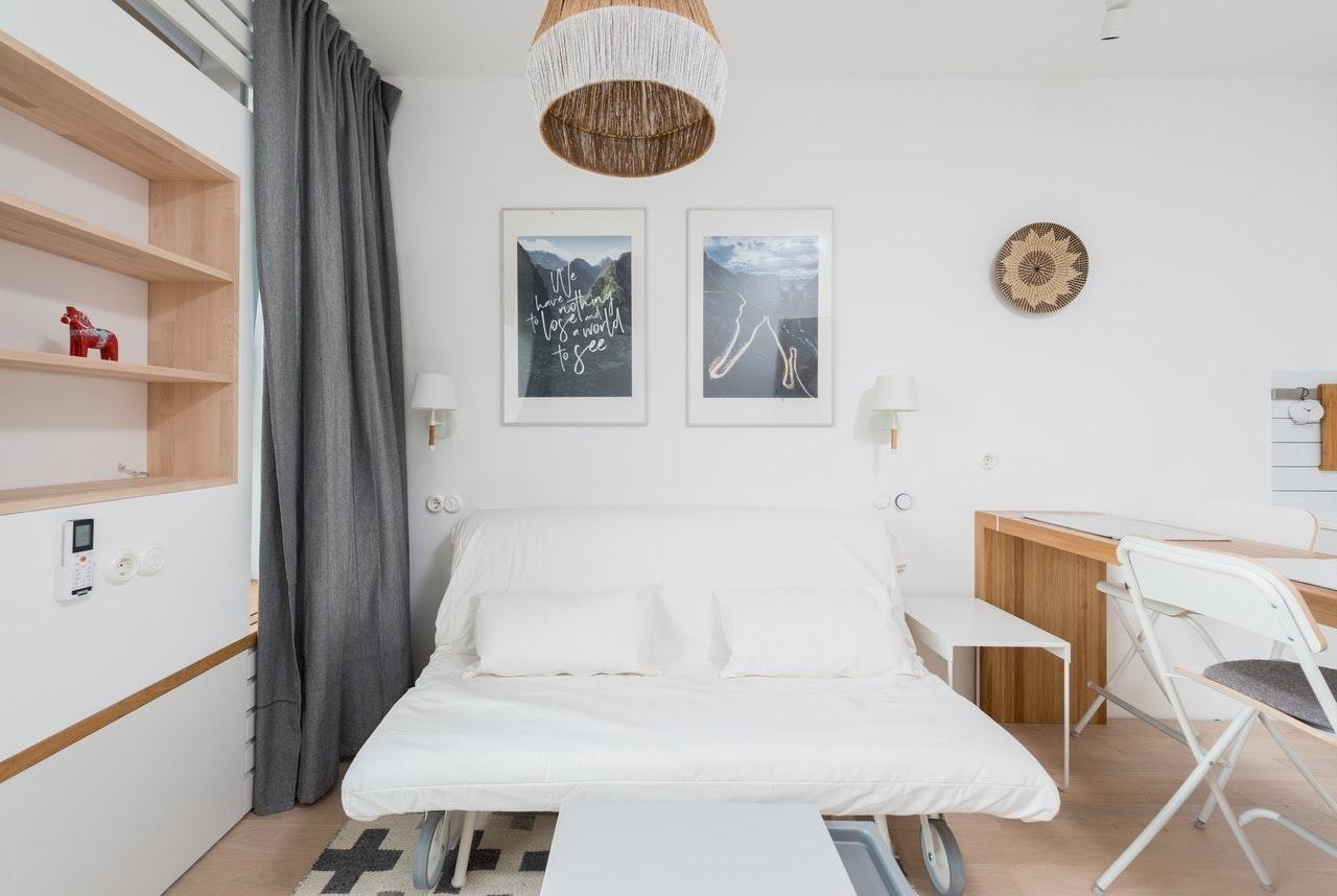 Маленька спальня в стилі мінімалізм в білих тонах