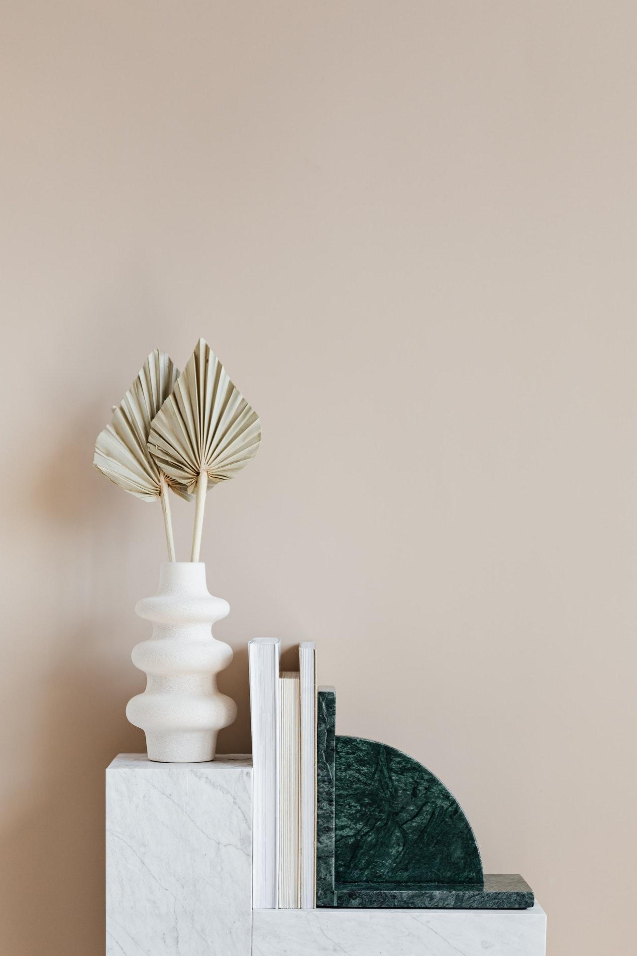 Декор в дизайні спальні мінімалізм