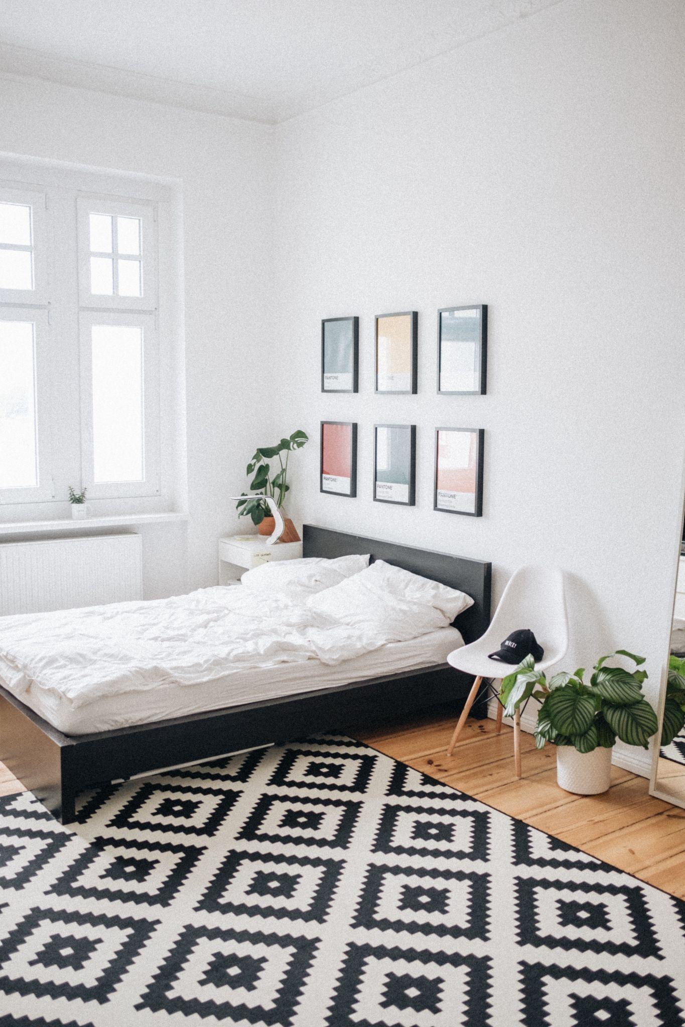 Дизайнерський килим в спальні в стилі мінімалізм