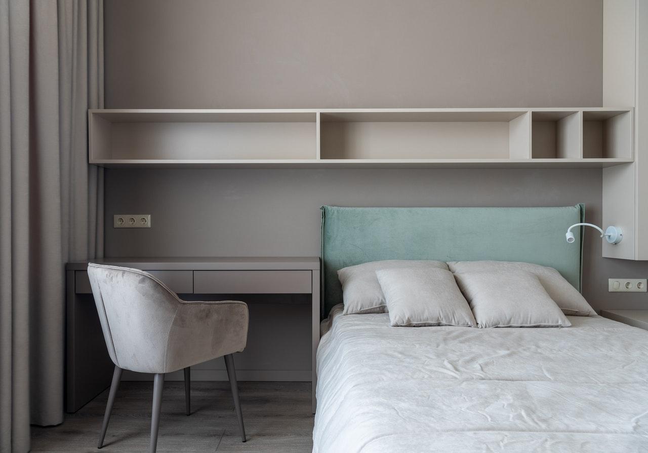 Поєднання робочої та спальної зони для спальні в стилі мінімалізм