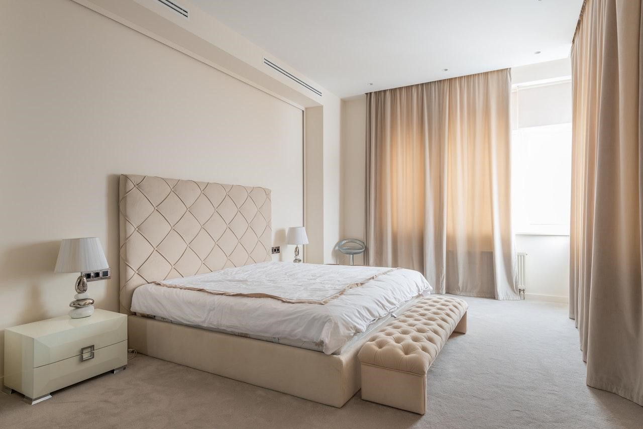 Спальня в стилі мінімалізм - дизайн в бежевих тонах