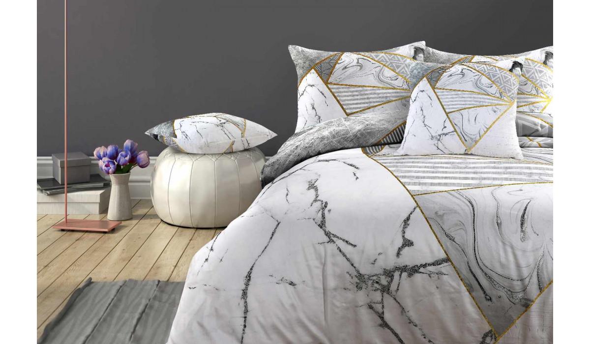 Постільна білизна і декоративні подушки в інтер'єрі спальні мінімалізм