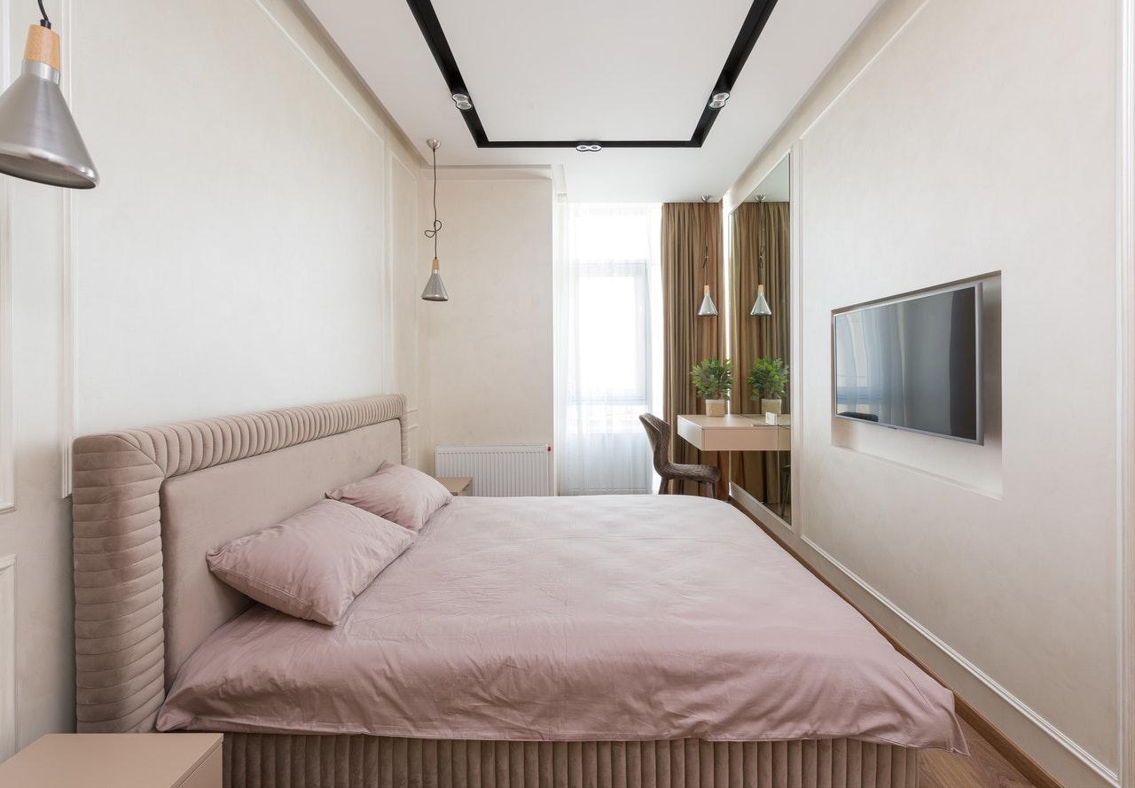 Спальня в стилі мінімалізм поєднання рожевого і бежевого кольору
