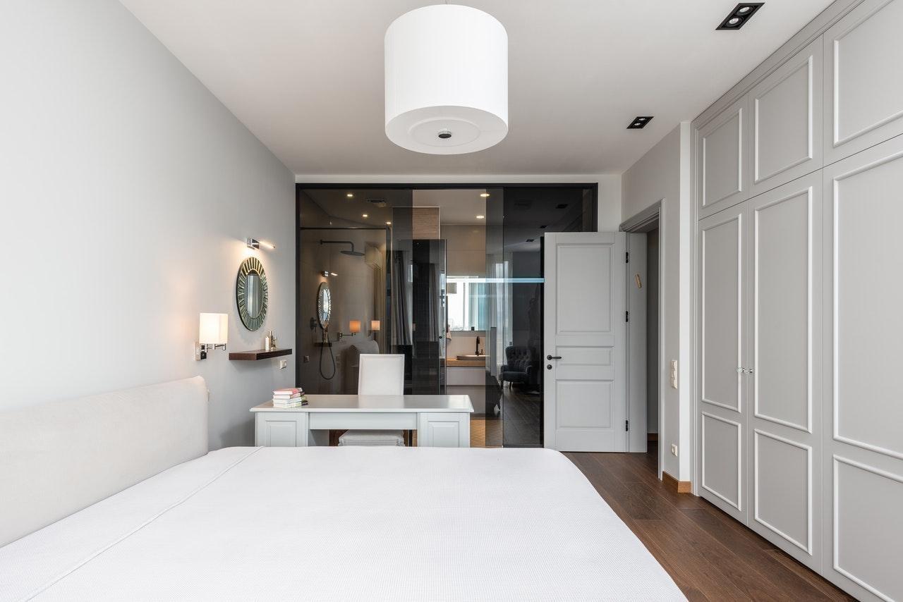 Біла спальня в стилі мінімалізм