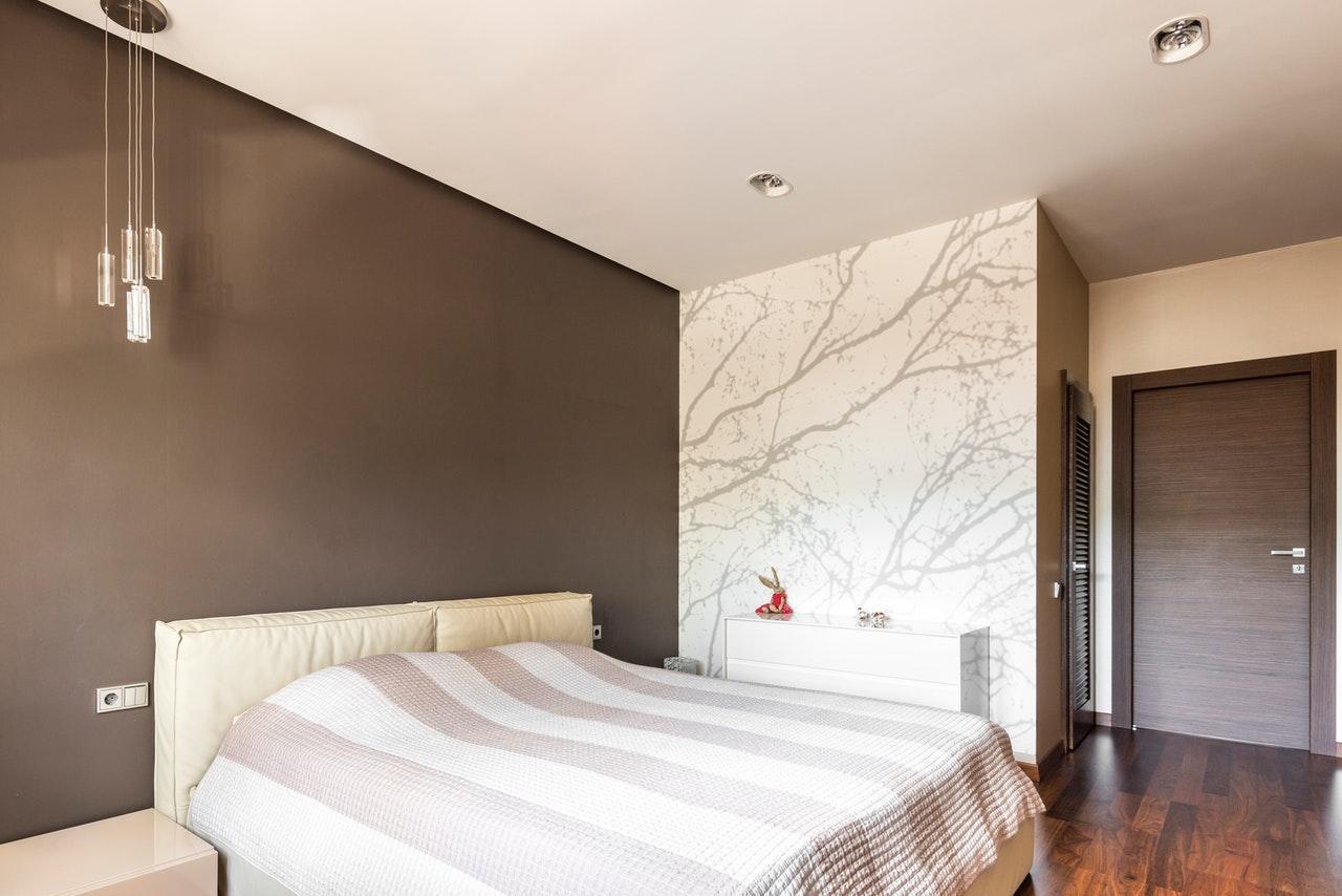 Поєднання темних і світлих стін в ремонті спальні мінімалізм