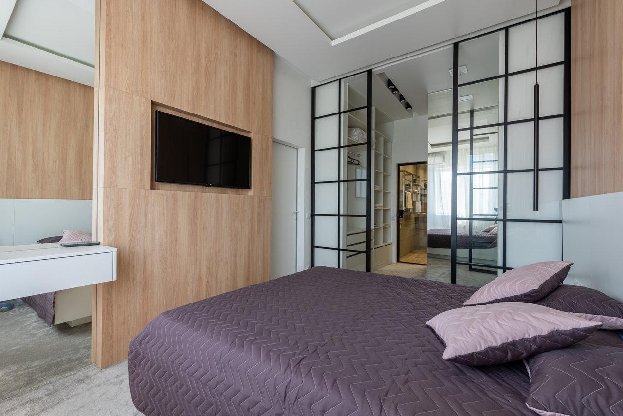Скляні двері як варіант розширення простору при ремонті спальні в стилі мінімалізм