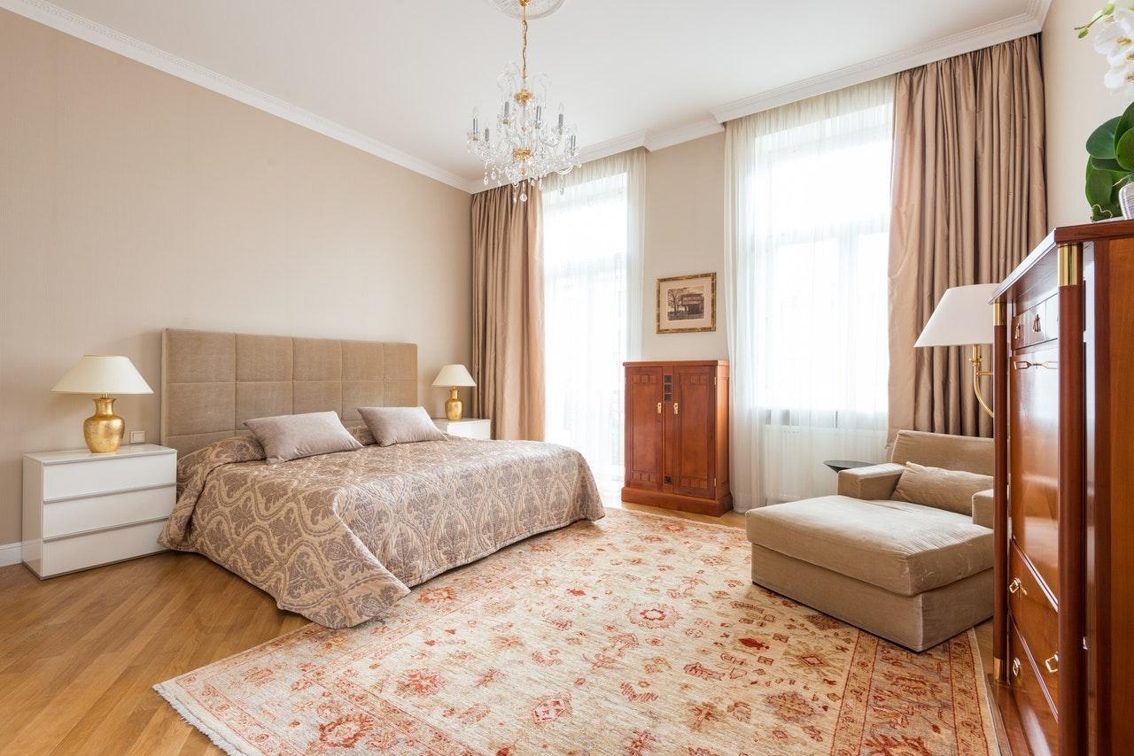 Бежева спальня в стилі мінімалізм